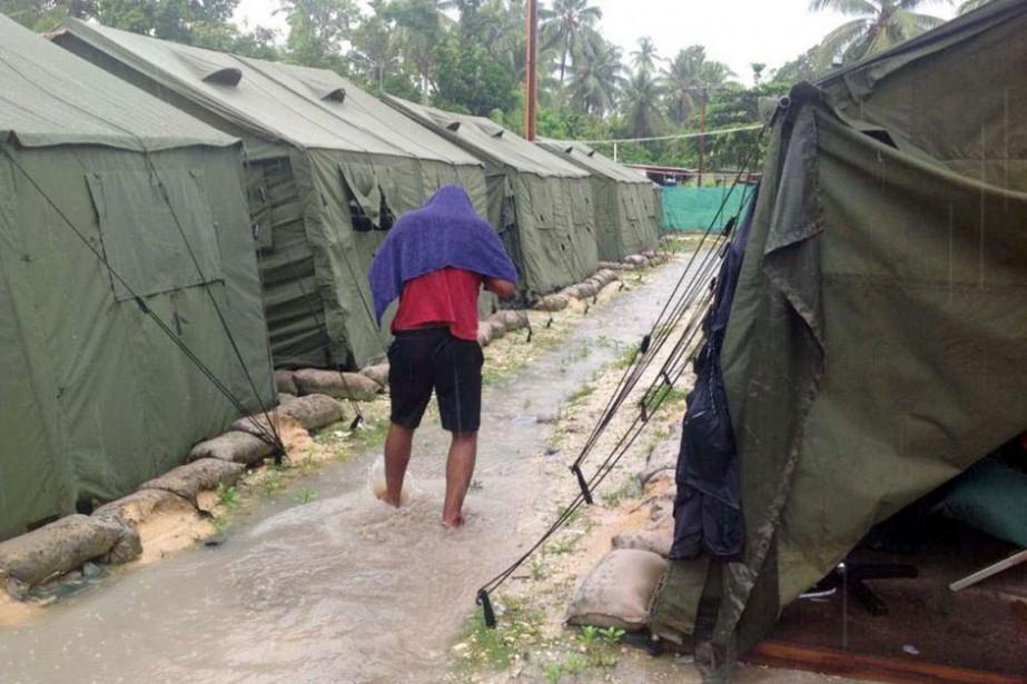 Un homme marche entre deux allées de tentes,... (PHOTO ARCHIVES AFP)