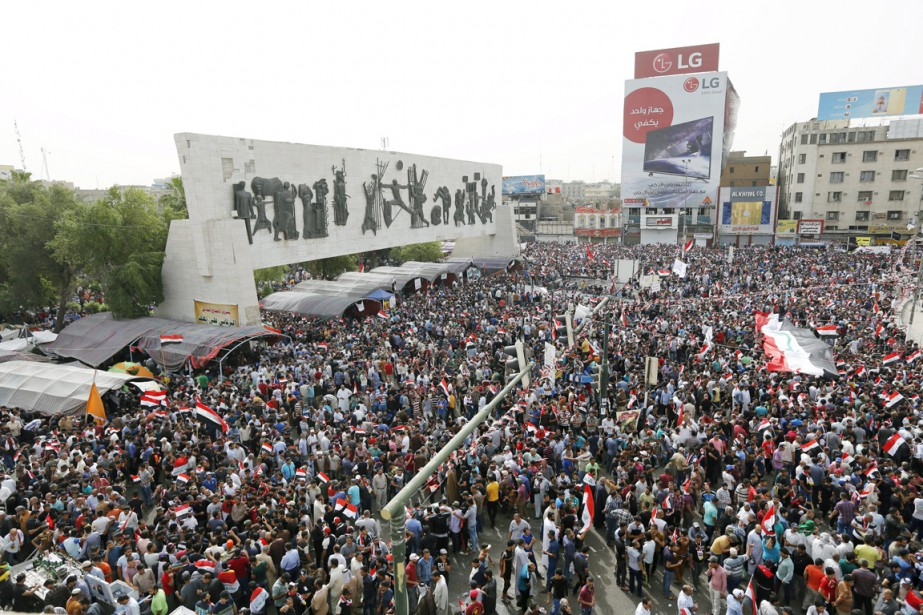 Alors que le désordre gagnait le Parlement, des... (PHOTO AHMED SAAD, REUTERS)