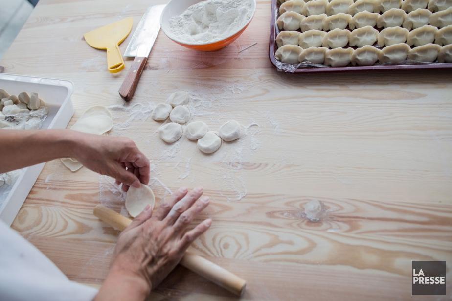 La pâte est aplatie avec un petit rouleau... (PHOTO EDOUARD PLANTE-FRÉCHETTE, LA PRESSE)