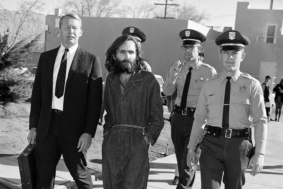 Charles Manson, escorté par la police le 3... (Photo Harold Filan, archives AP)