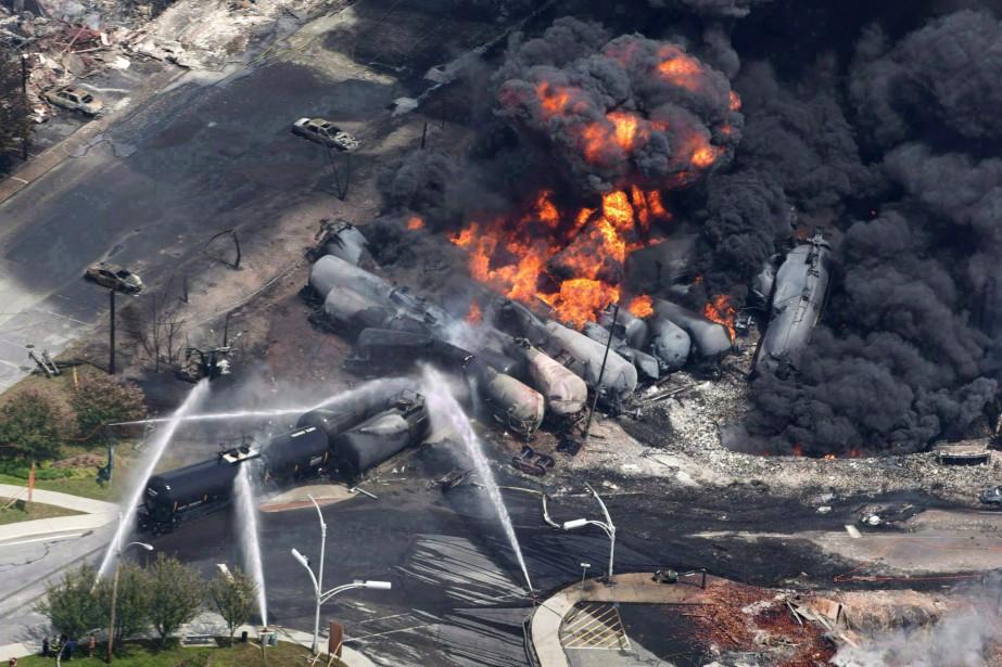 Le déraillement, puis l'explosion d'un convoi pétrolier ferroviaire... (PAUL CHIASSON, LA PRESSE CANADIENNE)
