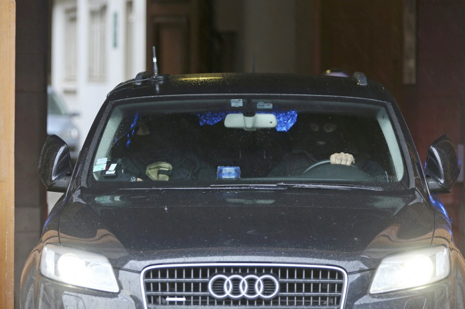 Le convoi policier que l'on croit transporter Salam... (PHOTO CHARLES PLATIAU, REUTERS)