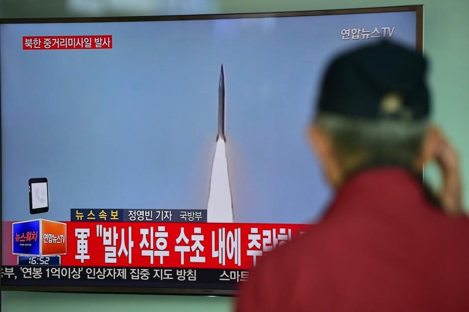 Un homme regarde un bulletin de nouvelles sud-coréen... (PHOTO JUNG YEON-JE, AFP)