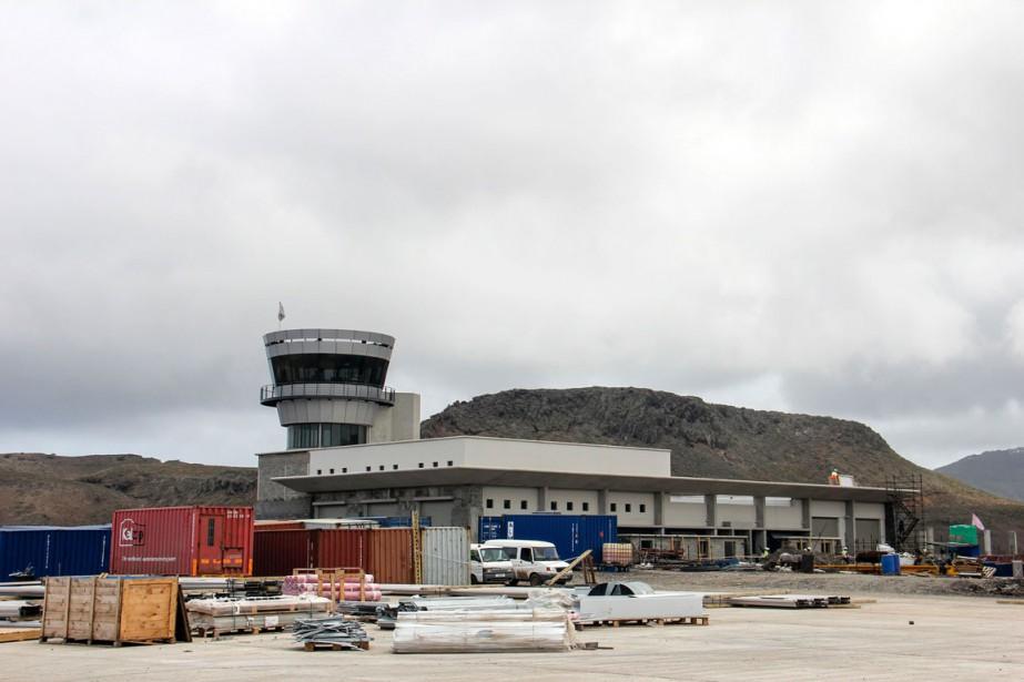 L'aéroport, construit entre des montagnes à pic et... (PHOTO AFP/JEAN LIOU)