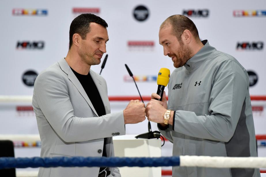 Wladimir Klitschko et Tyson Fury ont donné uneconférence... (Photo Wolfgang Rattay, Reuters)