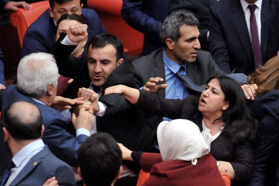 Les députés turcs en sont venus aux mains... (PHOTO ASSOCIATED PRESS)