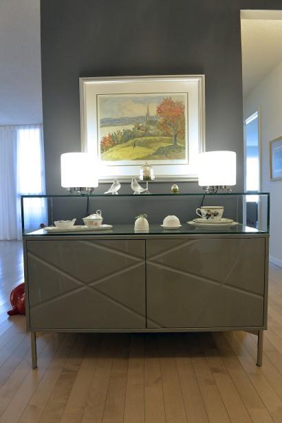 Ce vaisselier de verre laqué, de verre et d'acier fait partie d'un bel ensemble dans l'entrée. (Le Soleil, Pascal Ratthé)