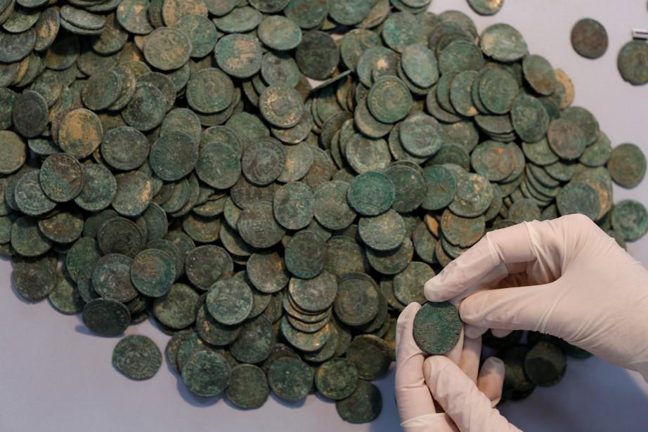 Les pièces, qui datent du 4e siècle, étaient... (PHOTO MARCELO DEL POZO, REUTERS)