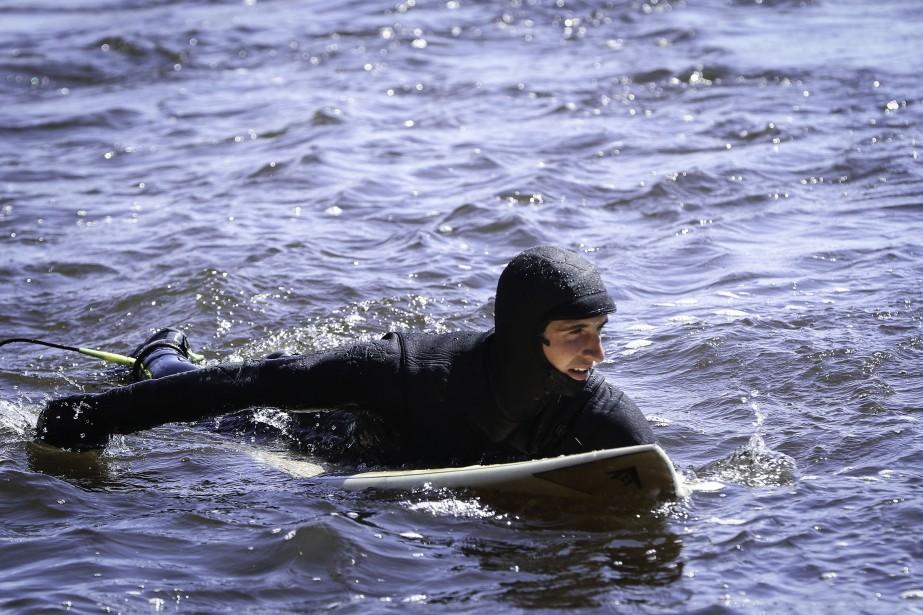 La rivière des Outaouais est un trésor caché pour les surfeurs printaniers. Ici, on voitJulien Hudon attendre la vague. (Patrick Woodbury, LeDroit)