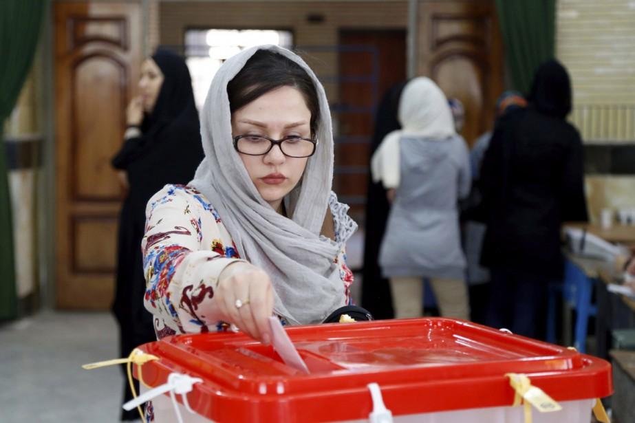 Une femme vote à Qods, vendredi.... (Photo AP)