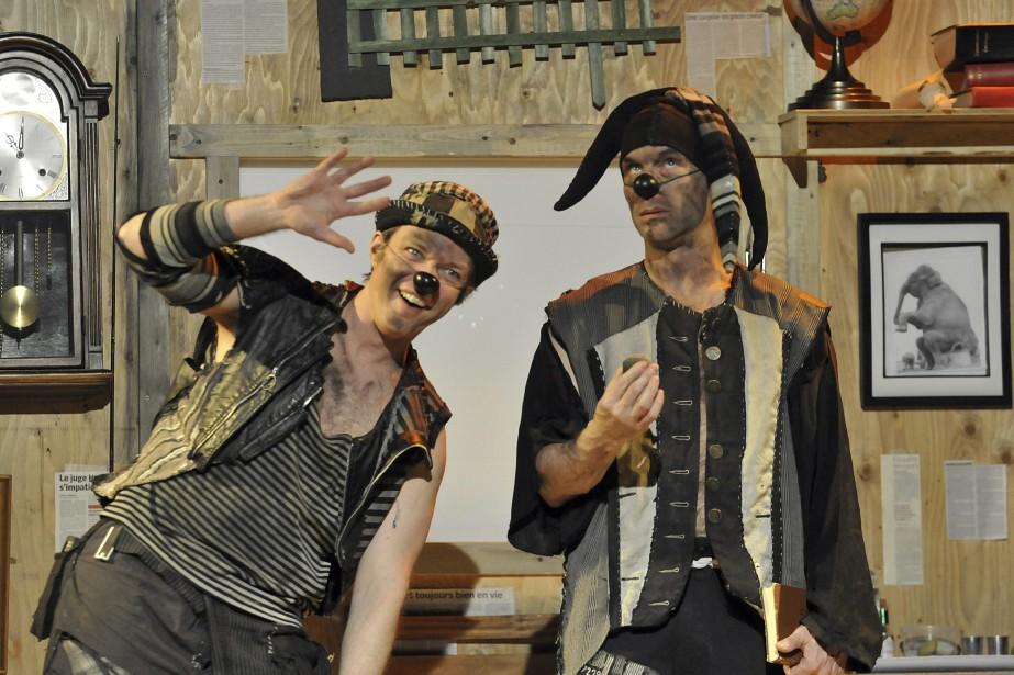 Grossomodo et Trac font partie du documentaire présenté par le Théâtre du Faux Coffre, un spectacle débridé, <em>L'enterrement de Grossomodo</em>, souvent très drôle, qui tient l'affiche à la Salle Murdock de Chicoutimi. (Photo Le Quotidien, Rocket Lavoie)