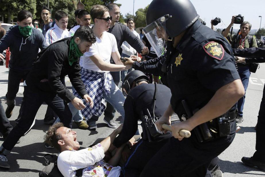 Plusieurs dizaines de manifestants ont lancé des oeufs... (PHOTO ERIC RISBERG, AP)