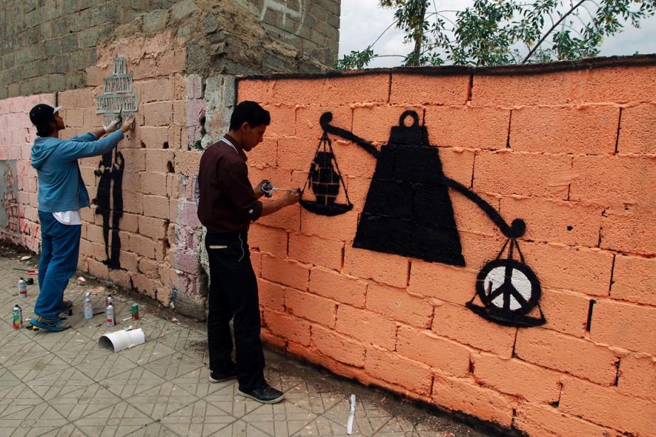 Des artistes yeménites graffent un mur de la... (Photo MOHAMMED HUWAIS, AFP)