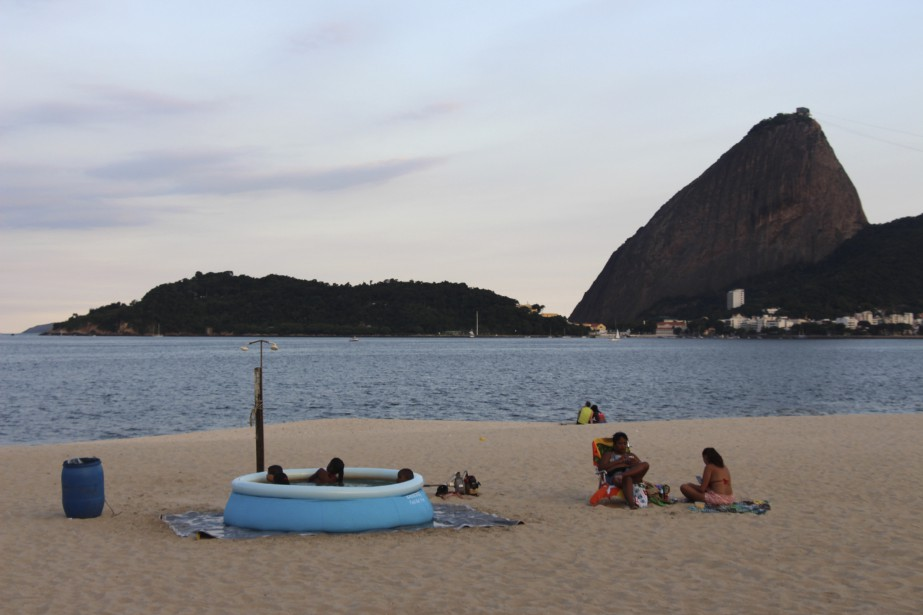 À quelques mètres de l'eau, sur la plage de Flamengo, des enfants se baignent plutôt dans une piscine gonflable. (Collaboration spéciale Guillaume Piedboeuf)
