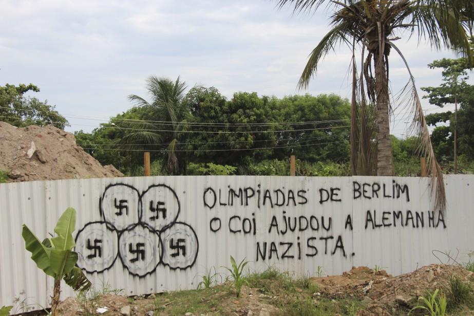 «Olympiques de Berlin: le CIO a aidé l'Allemagne nazie», peut-on lire sur un mur en tôle de Rio. (Collaboration spéciale Guillaume Piedboeuf)