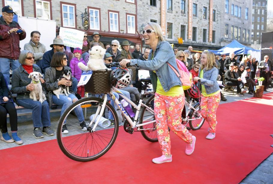 Après avoir déambulé dans les rues du Petit Champlain, les participants ont marché à tour de rôle sur le tapis rouge pour présenter leur plus belle combinaison de vêtements et accessoires mode et de vélo. (Le Soleil, Jean-Marie Villeneuve)