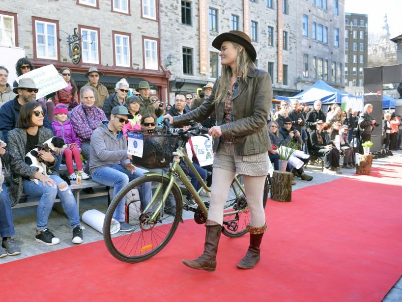 Les défilés ont eu lieu sous le regard de plusieurs dizaines de spectateurs. (Le Soleil, Jean-Marie Villeneuve)