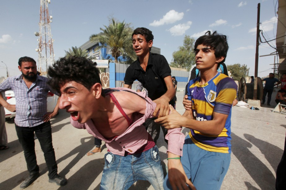 Un jeune homme pleure la mort d'une victime... (PHOTO ALAA AL-MARJANI, REUTERS)