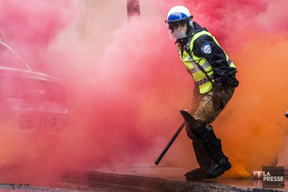 Les affrontements ont éclatédevant le Poste de quartier... (PHOTO OLIVIER PONTBRIAND, LA PRESSE)