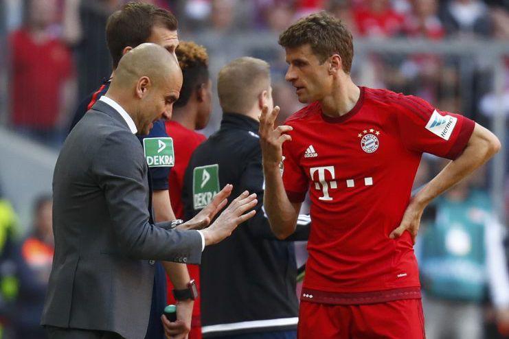 L'entraîneur du Bayern Pep Guardiola discute avec son... (PHOTO KAI PFAFFENBACH, REUTERS)