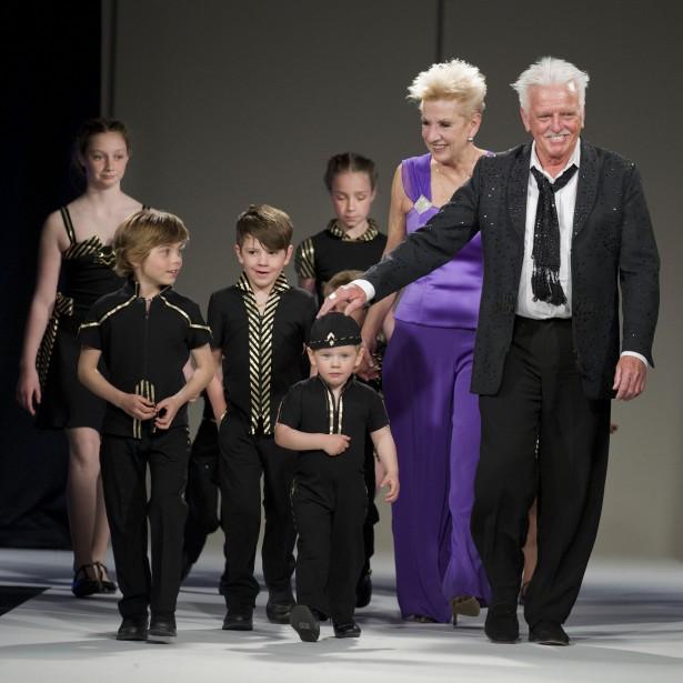 Le designer de mode Richard Robinson et son épouse Louise, accompagnés de leurs petits-enfants. Ils portaient fièrement les créations imaginées par leur grand-père lors du défilé de fin d'année de l'Académie de dessin de mode Richard Robinson. (Photo Martin Roy,LeDroit)