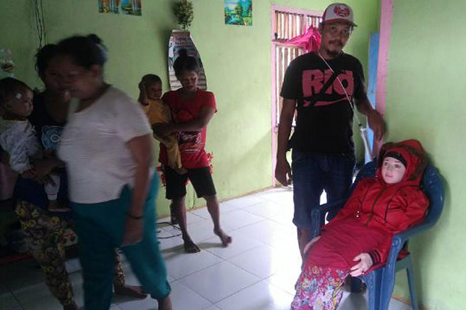La mère du villageois qui a trouvé la... (PHOTO POLICE DE L'INDONÉSIE)