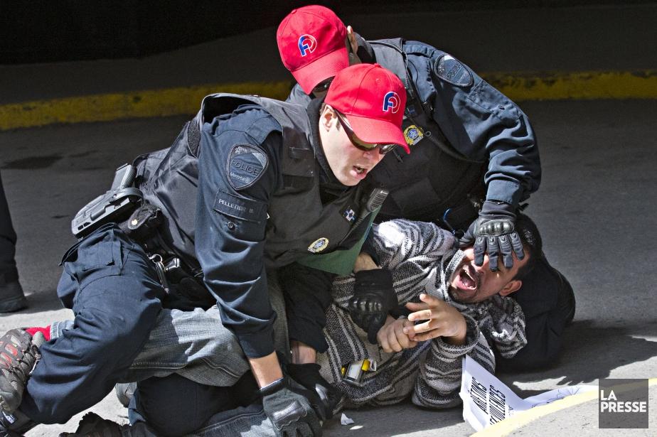 Les policiers maîtrisent un manifestant.... (PHOTO PATRICK SANFAÇON, LA PRESSE)