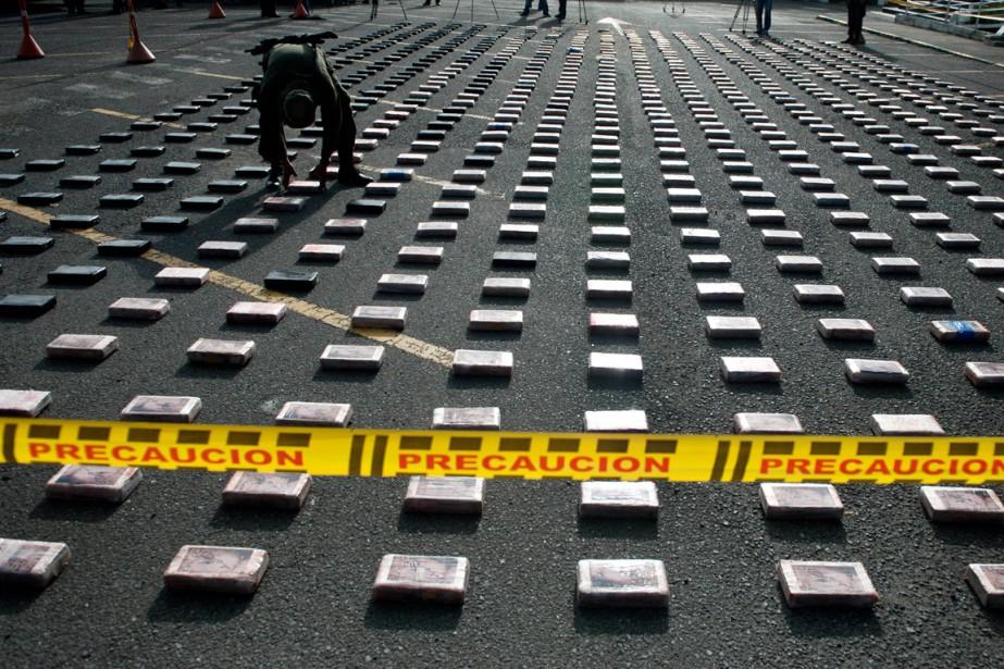 Un policier colombien place des paquets de cocaïne... (PHOTO LUIS ROBAYO, ARCHIVES AFP)