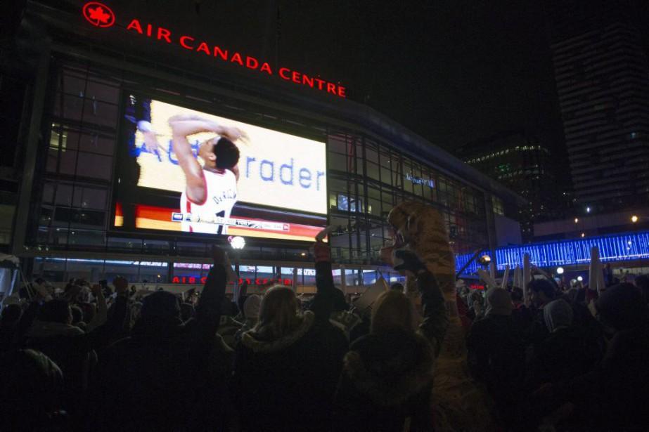 Des amateurs regardent le septième match de la... (Photo Chris Young, La Presse Canadienne)