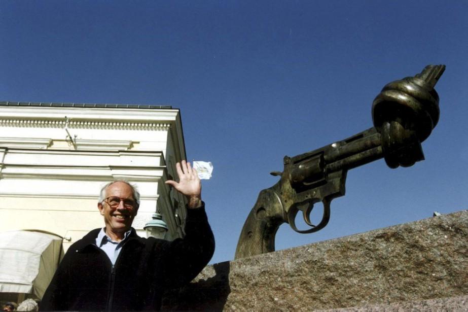 Carl Fredrik Reuterswärd photographié devant sa sculpture en... (PHOTO ARCHIVES REUTERS)