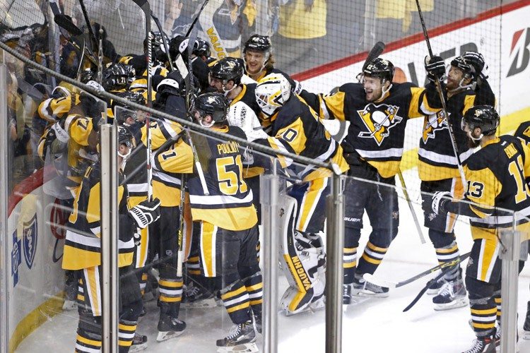 Les joueurs des Penguins célèbrent leur victoire acquise... (PHOTO AP)
