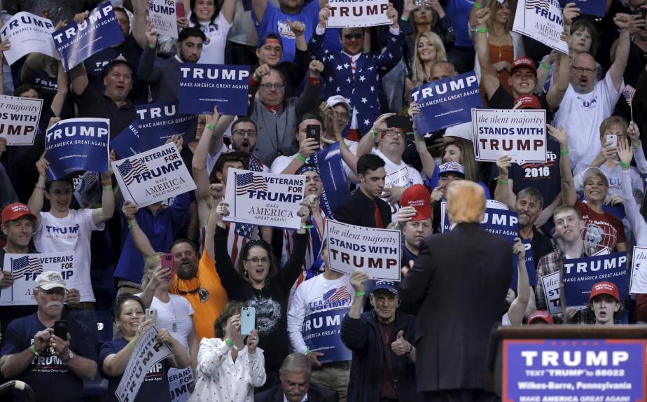 Donald Trump est acclamé par des partisans au... (PHOTO BRENDAN McDERMID, REUTERS)