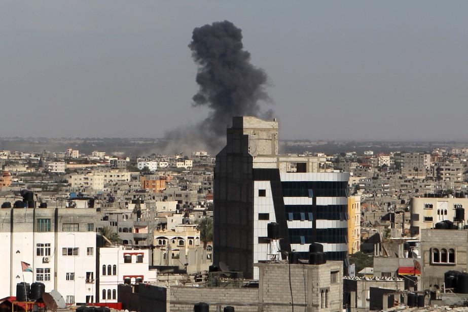 Une colonne de fumée s'élève dans le ciel... (PHOTO SAID KHATIB, AFP)