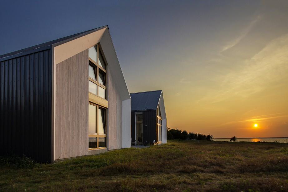 Les architectes d'YH2 ont exploré plus d'une fois l'idée des «maisons soeurs». D'abord, avec Géométrie bleue, aux Îles-de-la-Madeleine, ensuite avec la maison-atelier NB20°5, à Grande-Anse, et Les Jumelles, en Acadie.Sobre et dépouillée, l'architecture des Jumelles s'inspire de l'architecture vernaculaire de l'Acadie. «Mais le traitement est fondamentalement contemporain», nuance l'architecte Loukas Yiacouvakis, cofondateur. (PHOTO PASCAL ANNAND, FOURNIE PAR YH2)
