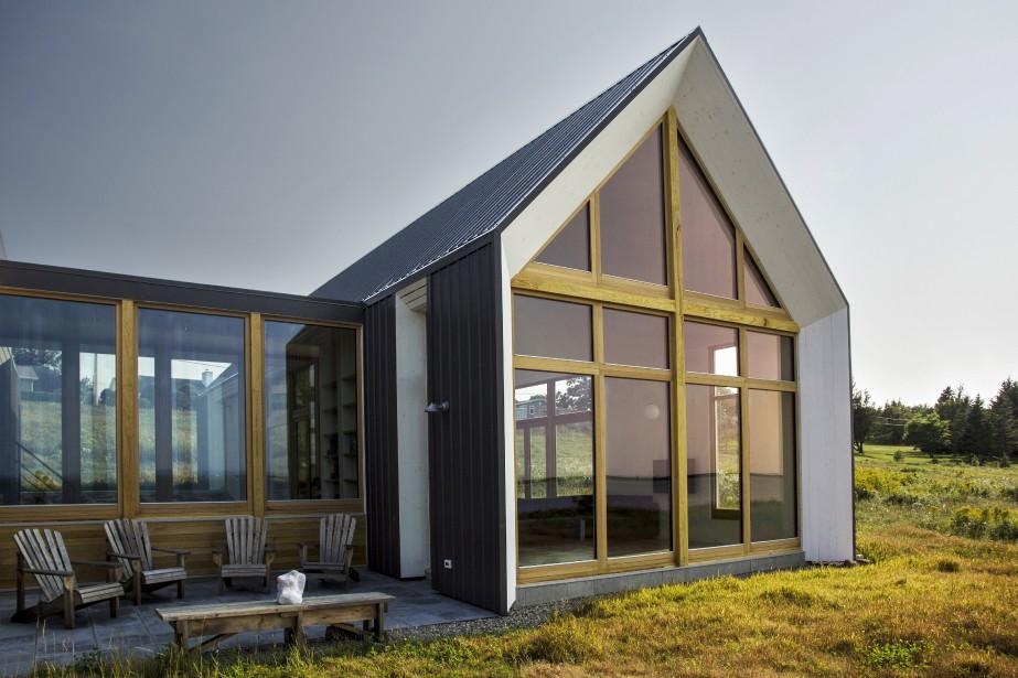 Le même bois, du pin, peint en blanc, habille l'intérieur et les pignons. Notez: ce détail d'aménagement sert à «briser» les limites entre l'intérieur et l'extérieur et à protéger les fenêtres.Enfin, le même matériau (économique), de la tôle d'acier, recouvre le toit et les murs. «Ce qui amplifie la pureté formelle du bâtiment à pignon.» (PHOTO PASCAL ANNAND, FOURNIE PAR YH2)