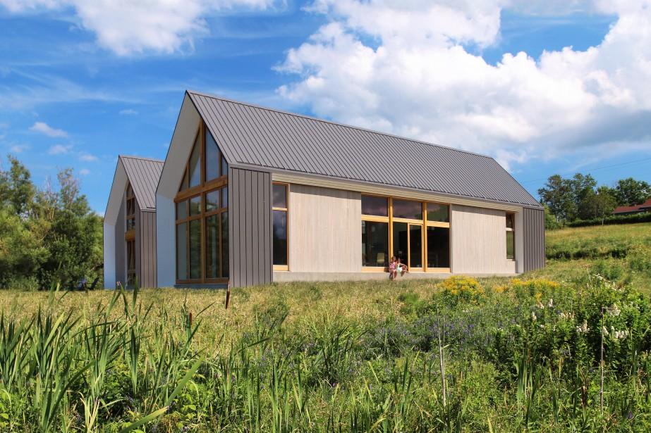 Une vue de la façade exposée à l'ouest. La superficie habitable de cette maison de campagne est d'environ 1500 pi<sup>2</sup>, excluant le garage. (PHOTO PASCAL ANNAND, FOURNIE PAR YH2)