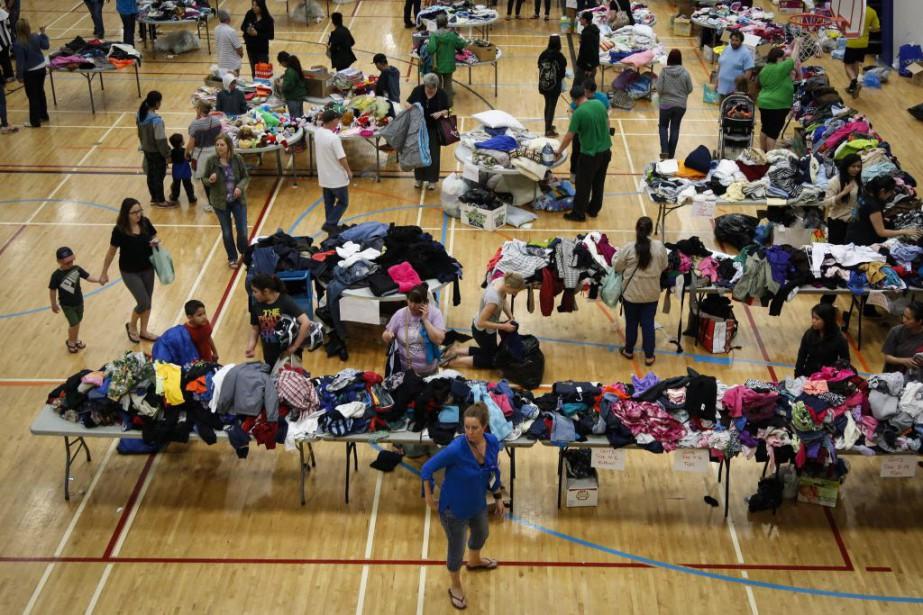 Des personnes évacuées de FortMcMurray recueillent des biens... (La Presse Canadienne, Jeff McIntosh)