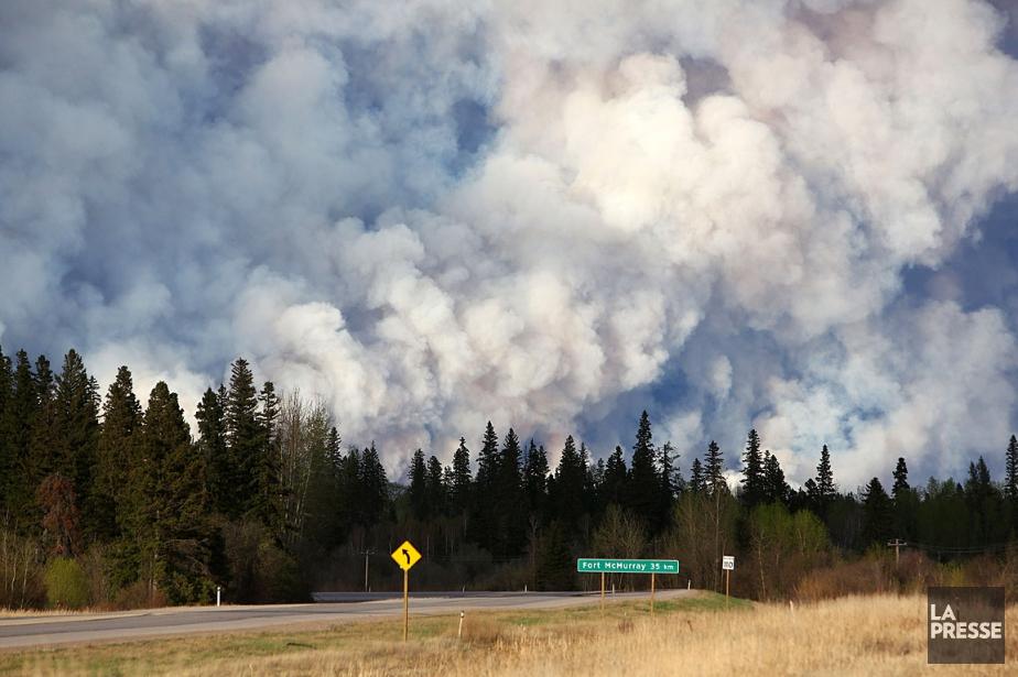 Le panache de fumée était bien visible à... (Photo Cole Burston, AFP)