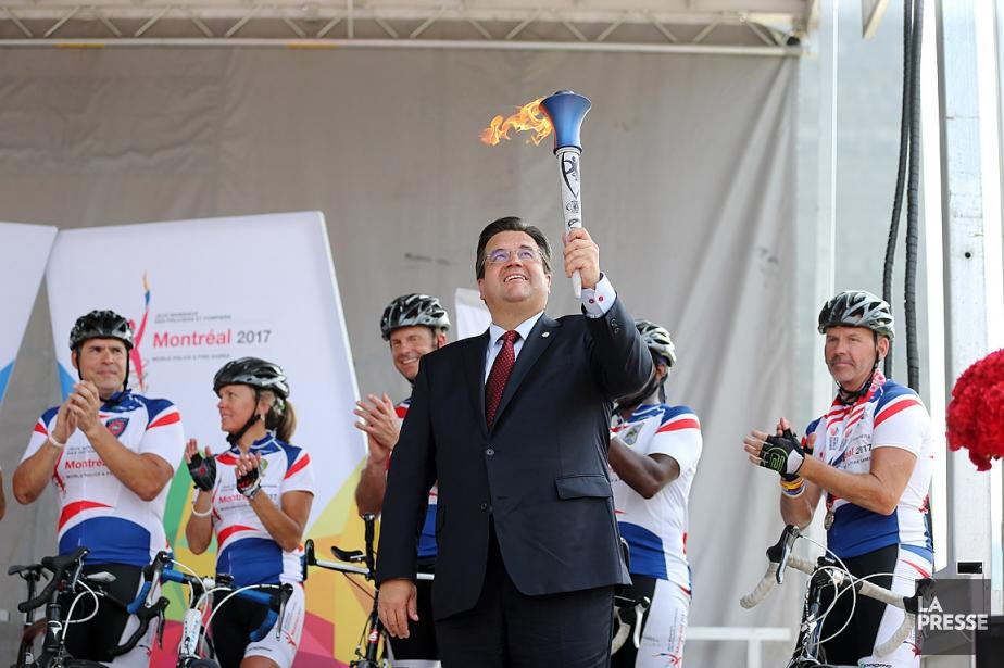Le maire Denis Coderre, accompagné de cyclistes, lors... (PHOTO MARTIN CHAMBERLAND, ARCHIVES LA PRESSE)