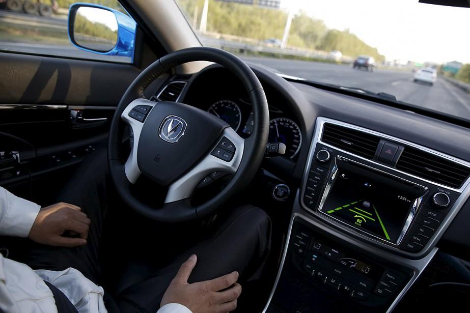 Un ingénieur laisse une voiture conduire par elle-même... (Photo Kim Kyung-Hoon, archives Reuters)