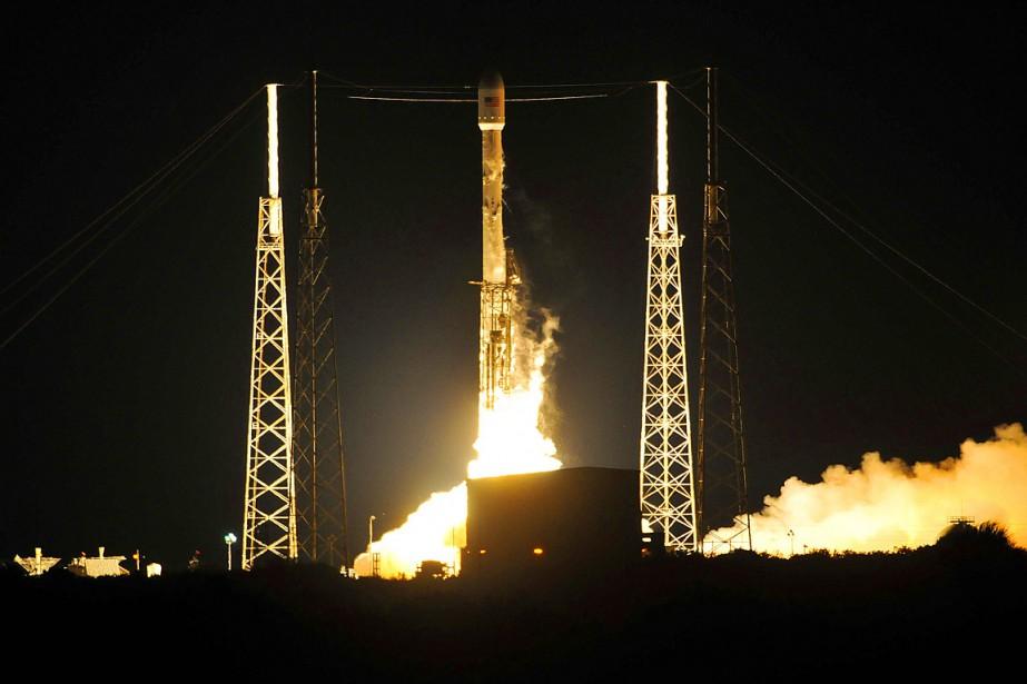 La fusée Falcon 9 a décollé comme prévu... (Photo Craig Rubadoux, Florida Today via AP)