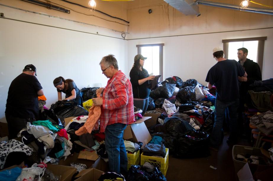Des résidants de Fort McMurray reçoivent des vêtments... (PHOTO TOPHER SEGUIN, ARCHIVES REUTERS)