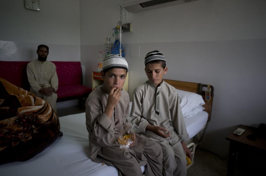 Abdul Rasheed, 9 ans, et son frère Shoaib... (PHOTO B.K. BANGASH, ASSOCIATED PRESS)