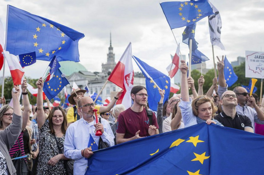 Plus de 240000personnes ont manifesté samedi à Varsovie... (PHOTO WOJTEK RADWANSKI, AFP)