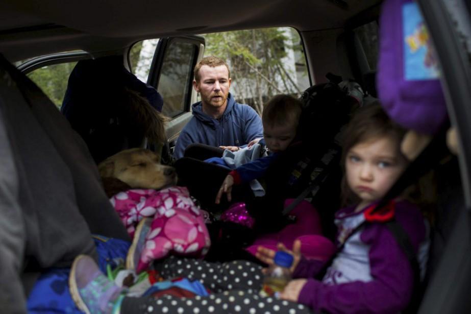 Justin Anderson et ses trois enfants alors qu'il... (PHOTO TOPHER SEGUIN, REUTERS)