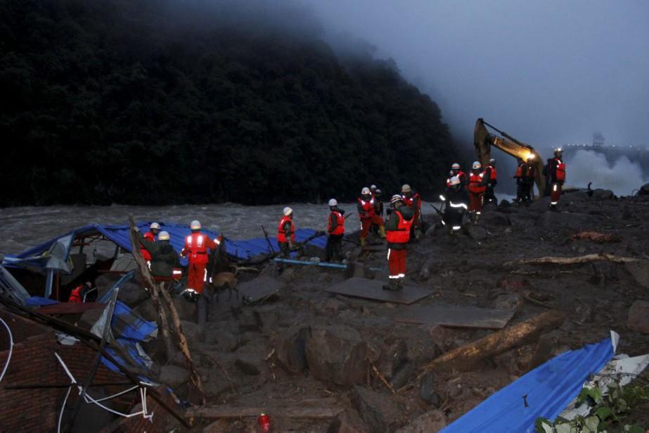 Plus de 400 secouristes ont été mobilisés pour... (PHOTO REUTERS/CHINA DAILY)