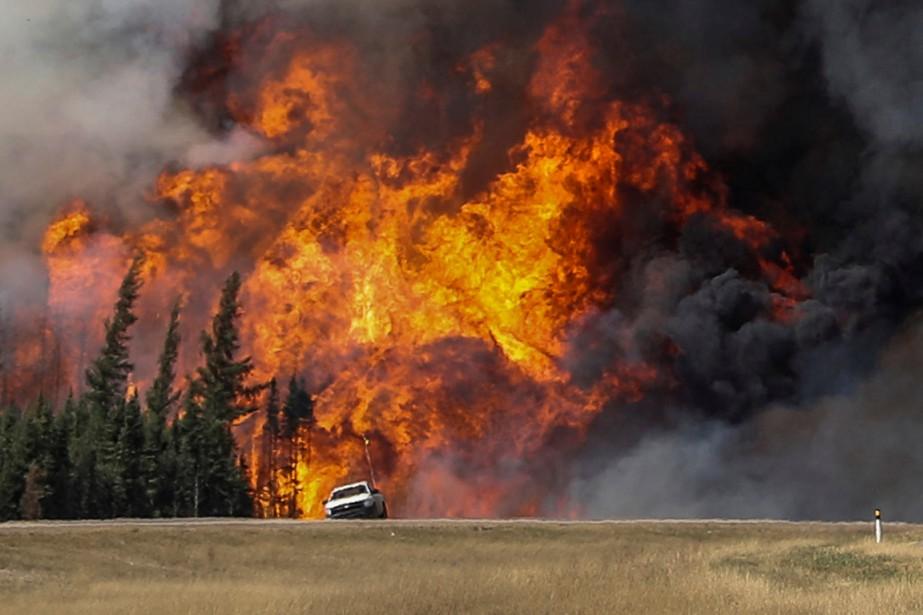 Au moins 27 avions-citernes et 15 hélicoptères participent... (Photo Reuters)