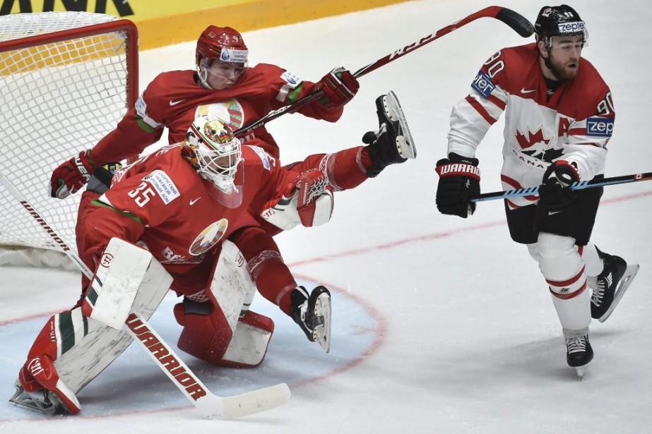 Le défenseur Roman Dyukov tombe sur son gardien... (Photo Alexander Nemenov, Agence France-Presse)