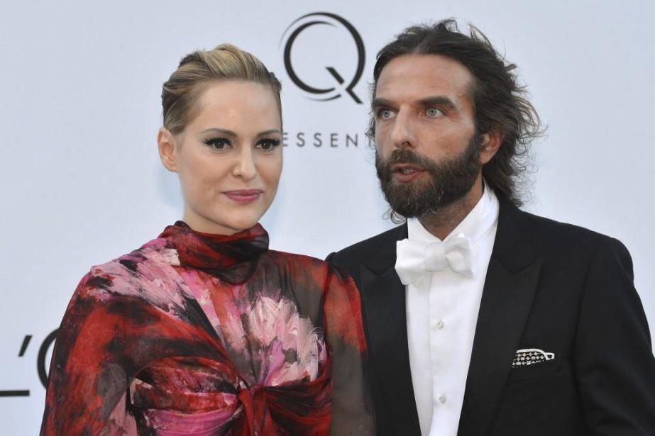 L'athlète et mannequin Aimee Mullins pose en compagnie... (PHOTO ARCHIVES AFP)