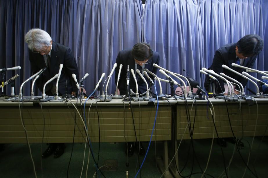 Le président de Mitsubishi, Tetsuro Aikawa, et deux... (Photo AP)